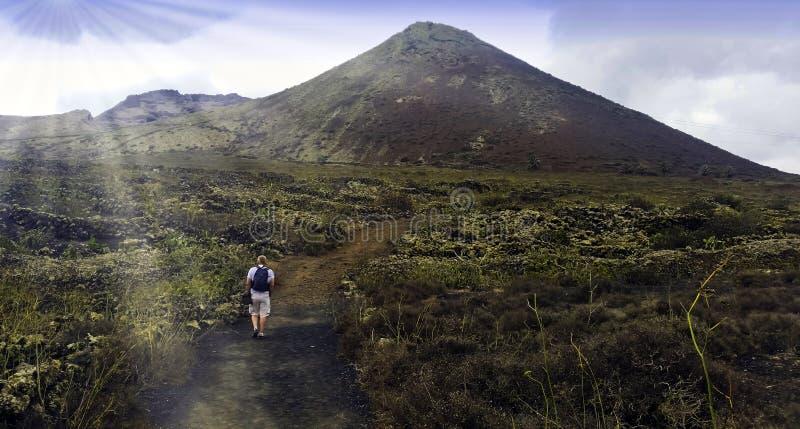 Turista que anda a Volcano La Corona - Lanzarote, Ilhas Canárias, Espanha imagens de stock