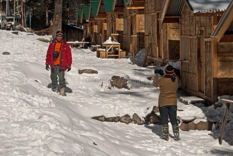 Turista que aprecia a neve no vale de Yumthang imagens de stock royalty free