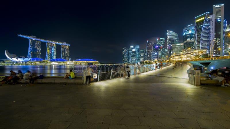 Turista que aprecia a opinião da arquitetura da cidade de Singapura imagem de stock