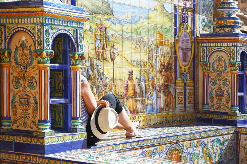 Turista que aprecia Plaza de Espana em Sevilha, Espanha foto de stock