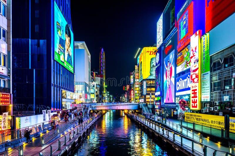 Turista que camina en calle de las compras de la noche en Dotonbori en Osaka, Japón fotos de archivo libres de regalías