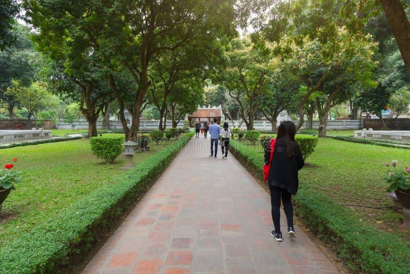 Turista que camina en el segundo patio en el templo de la literatura foto de archivo libre de regalías
