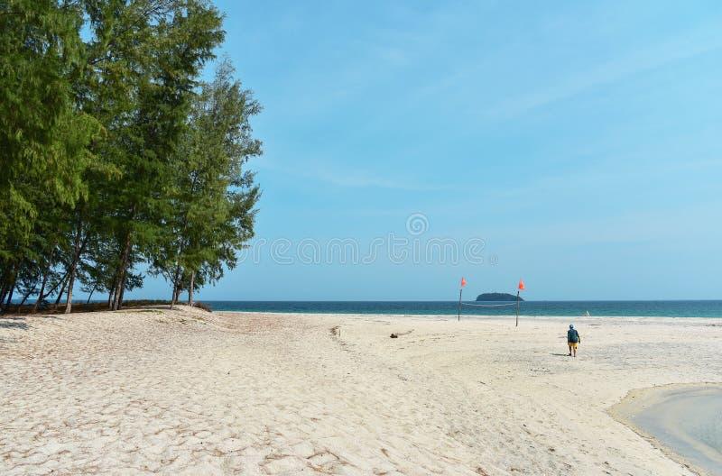 Turista que camina en la isla de Adang foto de archivo libre de regalías