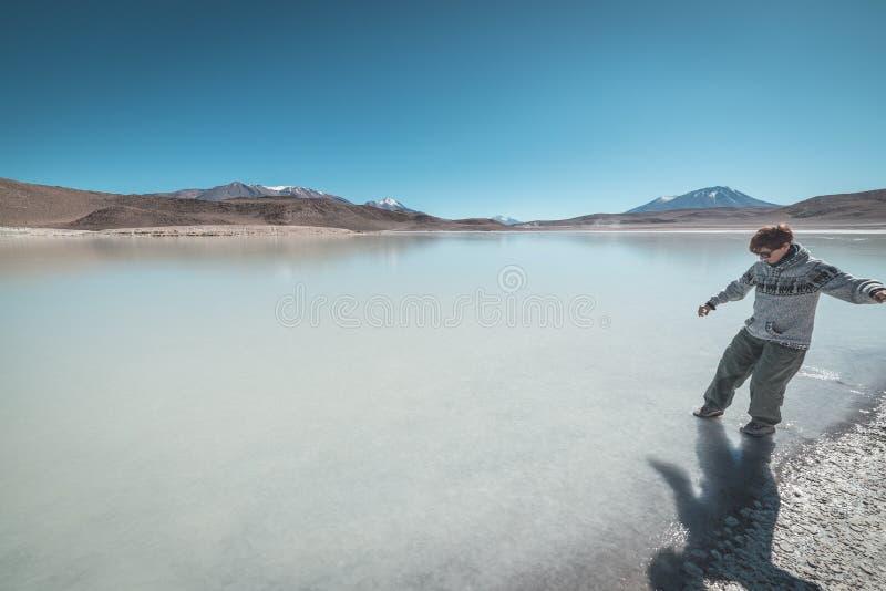 Turista que camina por otra parte imagenes de archivo