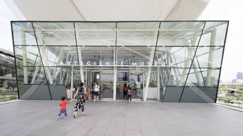Turista que camina a través de la entrada del museo de ArtScience imagen de archivo