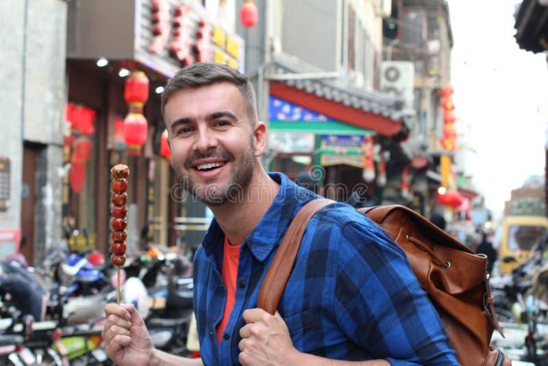 Turista que come Bing Tanghulu Candied Hawthorn Stick imagem de stock royalty free
