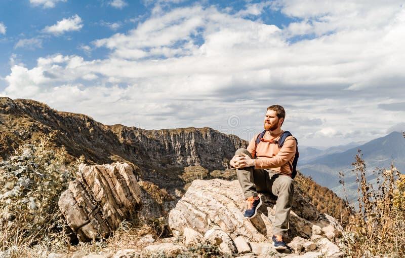 Turista que descansa nas montanhas fotos de stock