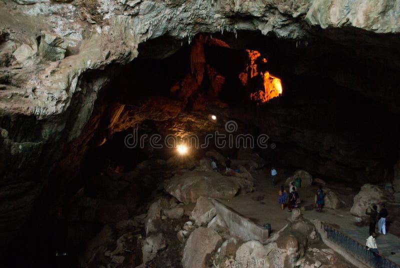 Turista que entra em cavernas de Borra fotos de stock