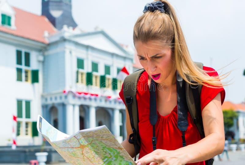 Turista que es perdido en Jakarta, Indonesia imagenes de archivo
