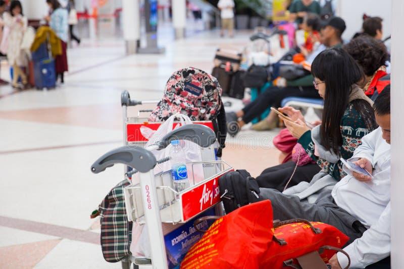 Turista que espera en el aeropuerto del vuelo retrasado imagen de archivo