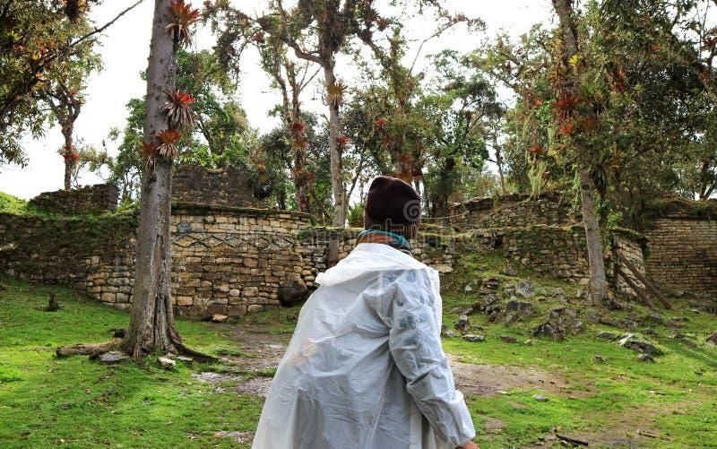 Turista que explora as ruínas dentro do local arqueológico da fortaleza antiga de Kuelap, a cidade perdida na região de Amazonas, imagens de stock