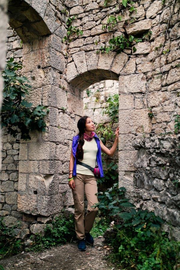 Turista que explora a fortaleza antiga abandonada fotografia de stock