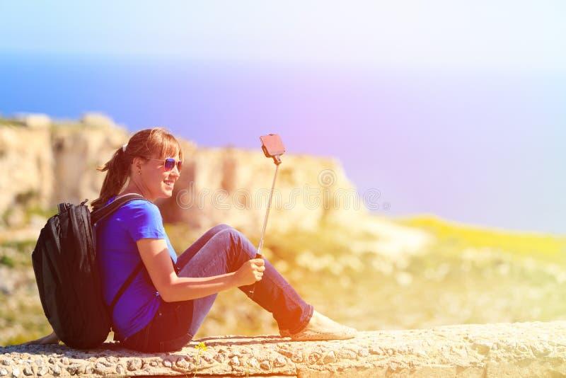 Turista que faz a foto do selfie no curso das montanhas imagens de stock