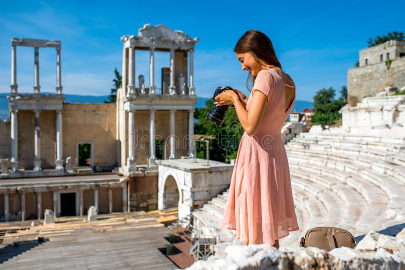 Turista que fotografía el teatro romano en Plovdiv imagenes de archivo