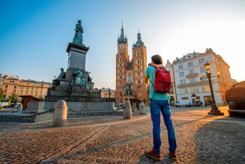 Turista que fotografía en el centro de Kraków foto de archivo