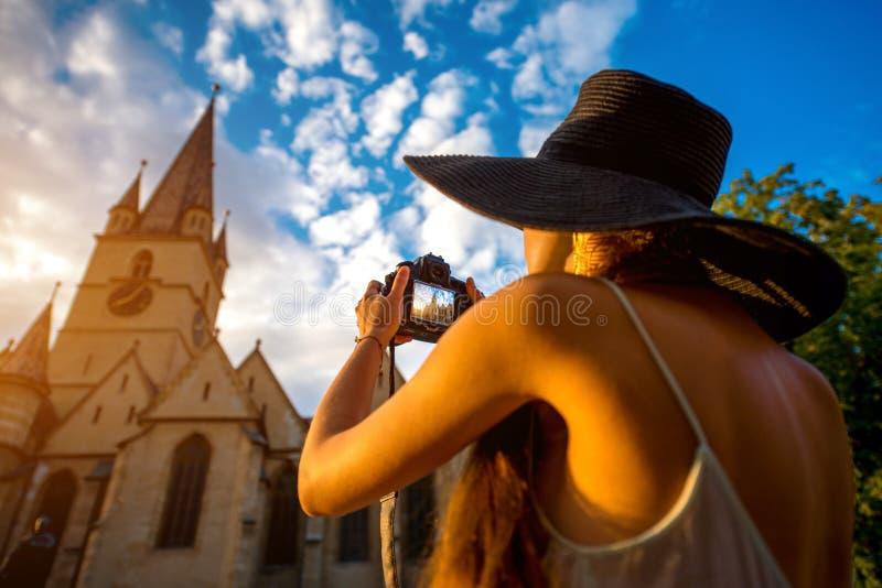 Turista que fotografa a catedral ghotic em Romênia foto de stock royalty free