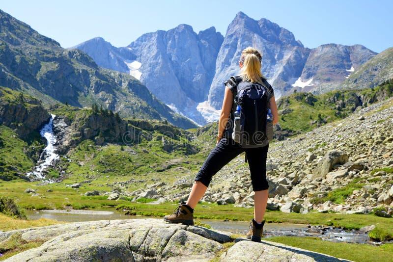Turista que mira la montaña más alta los Pirineos franceses Macizo de Vignemale francia imagen de archivo