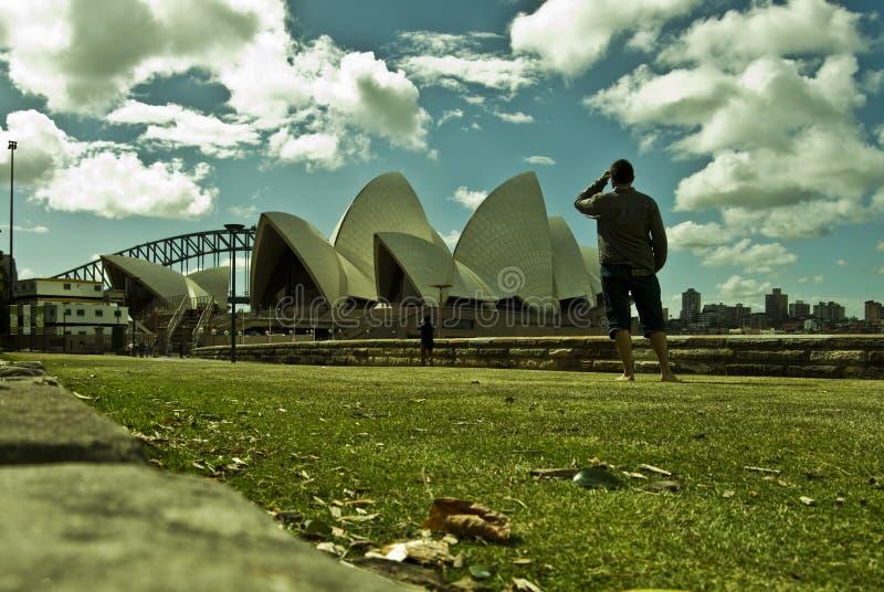 Turista que mira a Sydney Opera House icónico Sydney Opera H imágenes de archivo libres de regalías