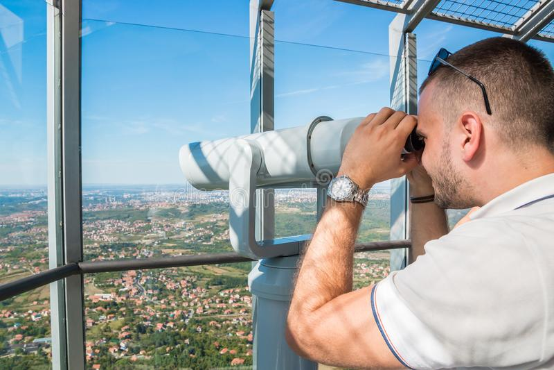 Turista que olha através do telescópio fotos de stock royalty free
