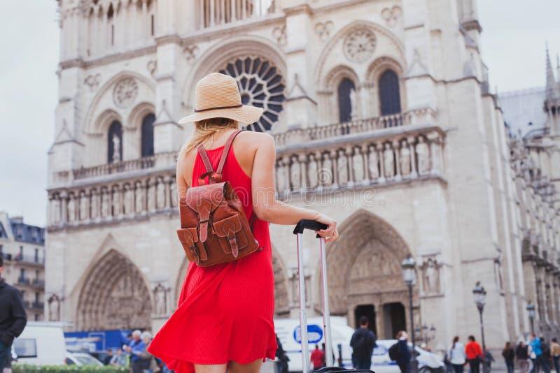Turista que olha a catedral de Notre Dame em Paris, França fotografia de stock royalty free