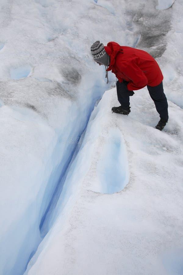 Turista que olha em um crevasse - Argentina fotografia de stock