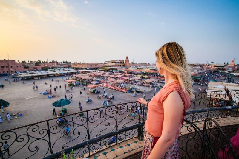 Turista que olha sobre o mercado C4marraquexe - Marrocos do EL-Fna de Jamaa S imagem de stock
