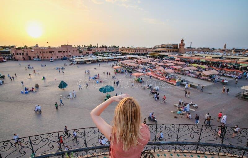Turista que olha sobre o mercado C4marraquexe - Marrocos do EL-Fna de Jamaa S fotos de stock
