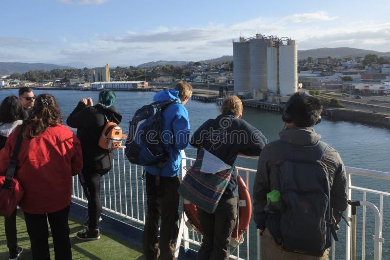 Turista que olha a vista da cidade Tasmânia Austrália do rio e do Devonport de Mersey imagem de stock royalty free