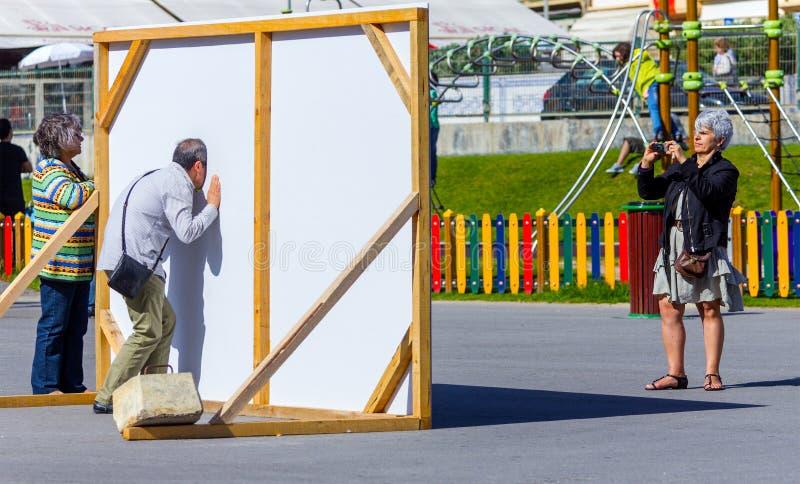 Turista que presenta en el tablero de la foto, Espinho, Portugal