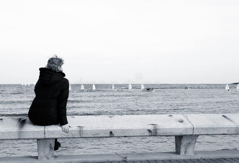 Turista que se sienta en el banco foto de archivo libre de regalías