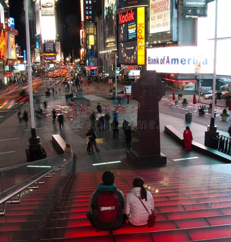Turista que senta-se em etapas dos Times Square fotos de stock royalty free