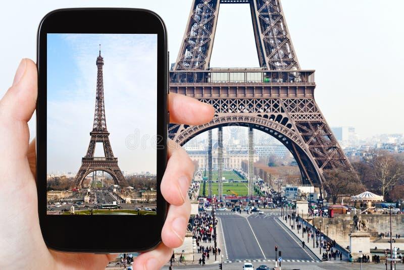 Turista que toma a foto da torre Eiffel em Paris foto de stock