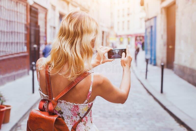 Turista que toma a foto na rua, no turismo e no curso fotos de stock royalty free