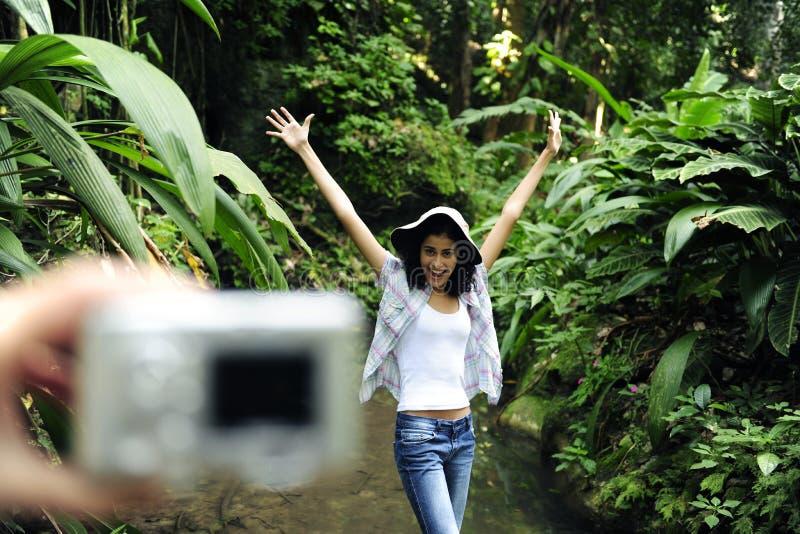 Turista que toma una foto con las cámaras digitales imágenes de archivo libres de regalías