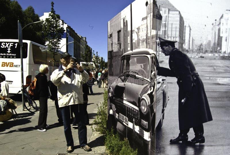 Turista que toma una imagen en el punto Charlie del ceck en Berlín imagen de archivo libre de regalías