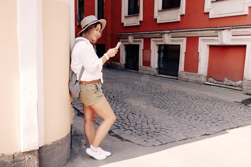 Turista que usa a navegação app no telefone celular conceito do curso foto de stock