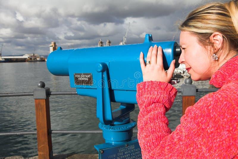 Turista que usa o telescópio imagem de stock royalty free