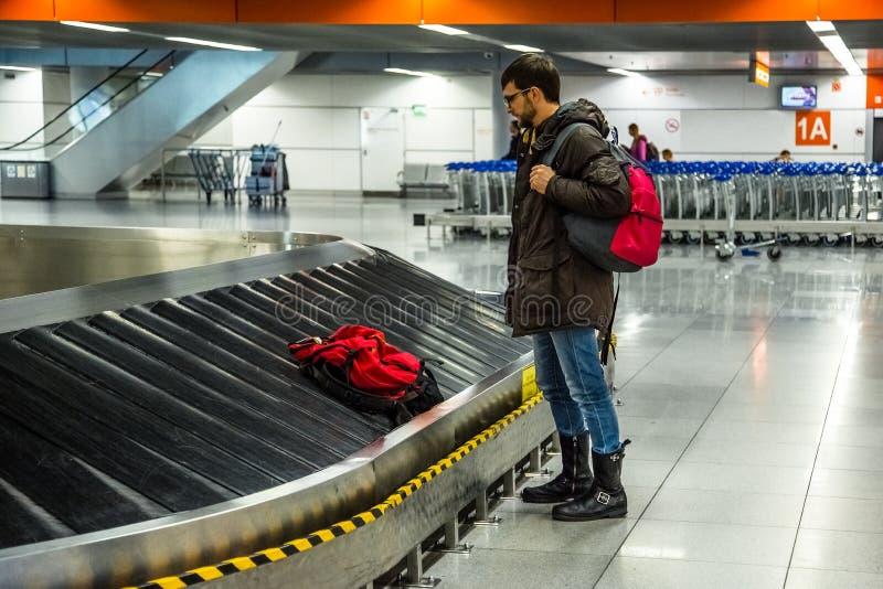 Turista que vai tomar sua bagagem imagens de stock royalty free