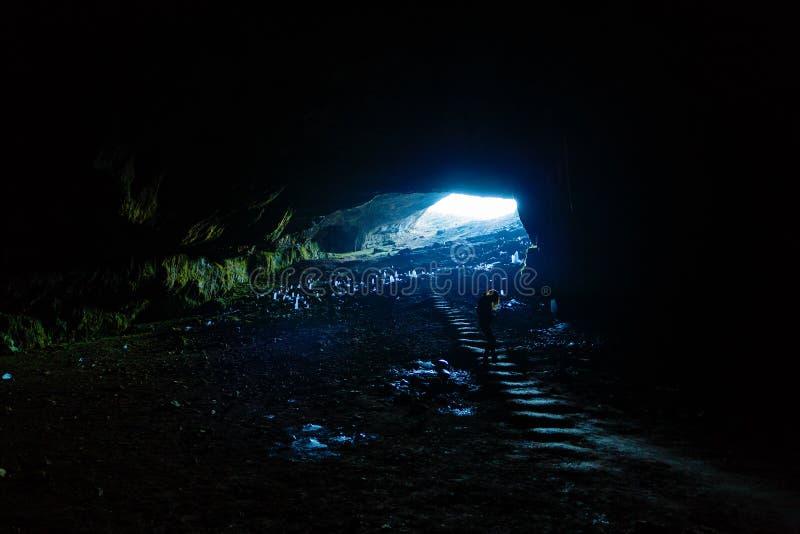 turista que viaja com Romênia caverna Ponoarele fotografia de stock royalty free