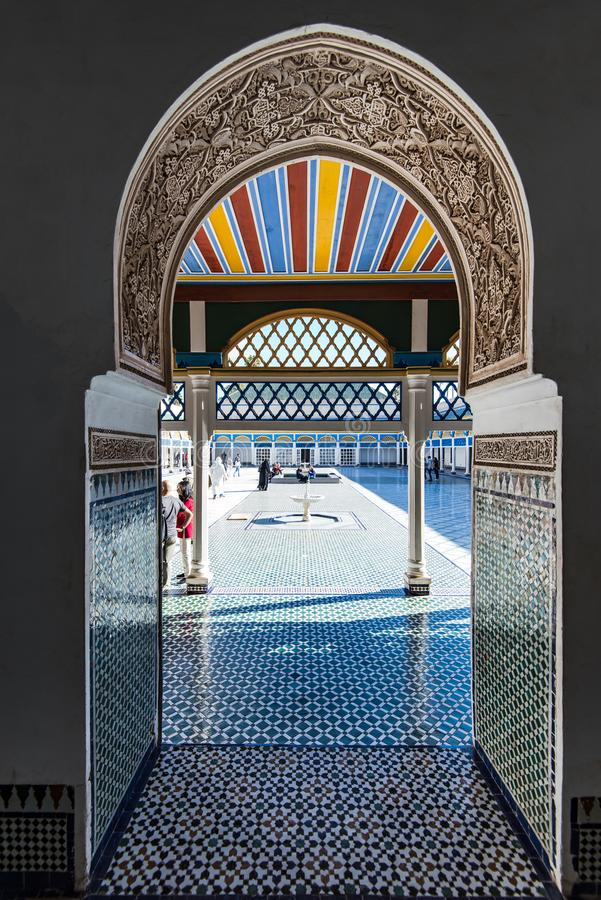 Turista que visita Bahia Palace em C4marraquexe, Marrocos fotos de stock