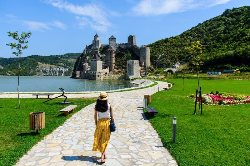 Turista que visita a fortaleza de Golubac em Danube River na Sérvia imagens de stock royalty free
