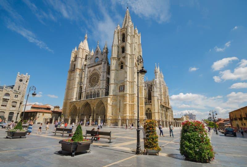 Turista que visita la catedral famosa de la ciudad de León de la señal imágenes de archivo libres de regalías
