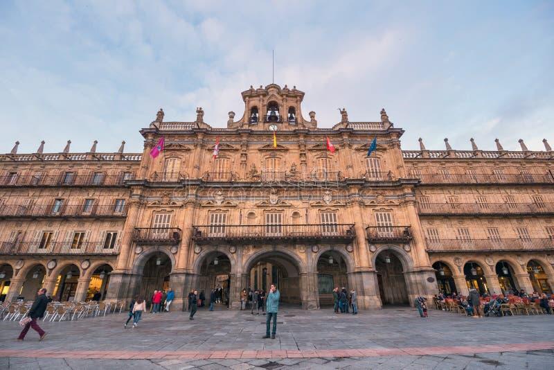 Turista que visita la señal famosa Salamanca, plaza principal imagenes de archivo