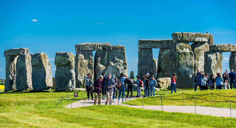Turista que visita Stonehenge foto de stock