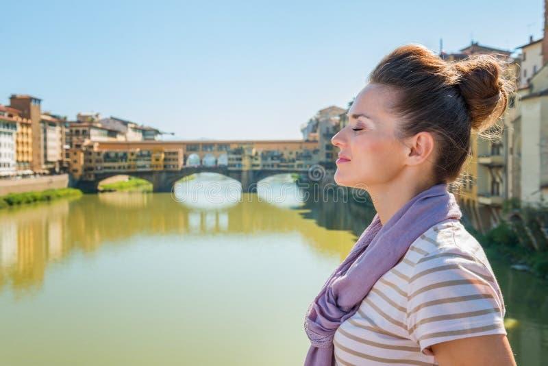 Turista relaxado na ponte que negligencia Ponte Vecchio, Florença fotos de stock