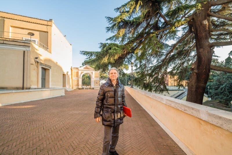 Turista senior con il PC della compressa immagini stock libere da diritti