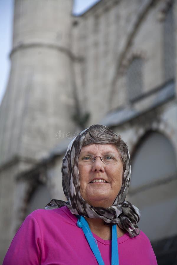 Turista senior fuori della moschea fotografie stock libere da diritti