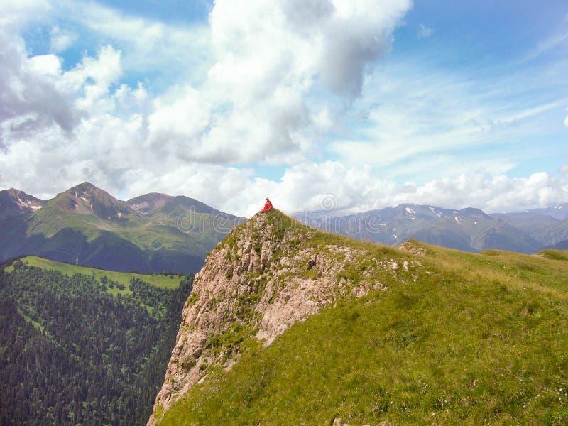Turista solitario encendido de un pico de la colina imagen de archivo libre de regalías