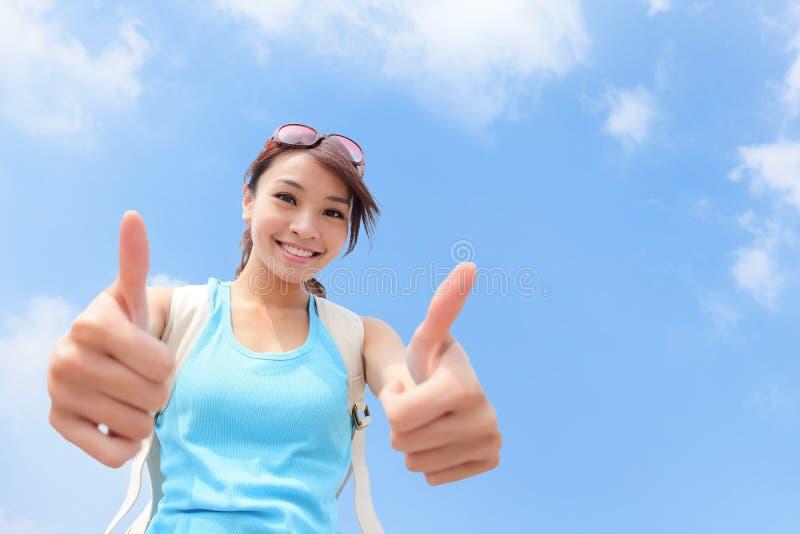 Turista sonriente de la mujer que muestra los pulgares para arriba foto de archivo libre de regalías