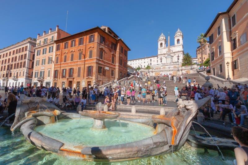 Turista sui punti spagnoli e dalla fontana di Barcaccia, Roma fotografie stock libere da diritti